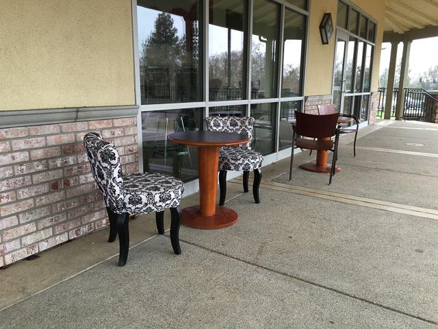 kukis-ice-cream-cakes-yogurt-outdoor-seating